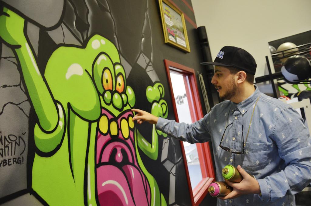 """""""Slimer"""" från Ghostbusters är en av Ludvigs favoriter i grafitti-samlingen. framtiden vill han helst av allt måla av en Transformer. Och BeBop från Turtles. Foto: Axel Johnson"""