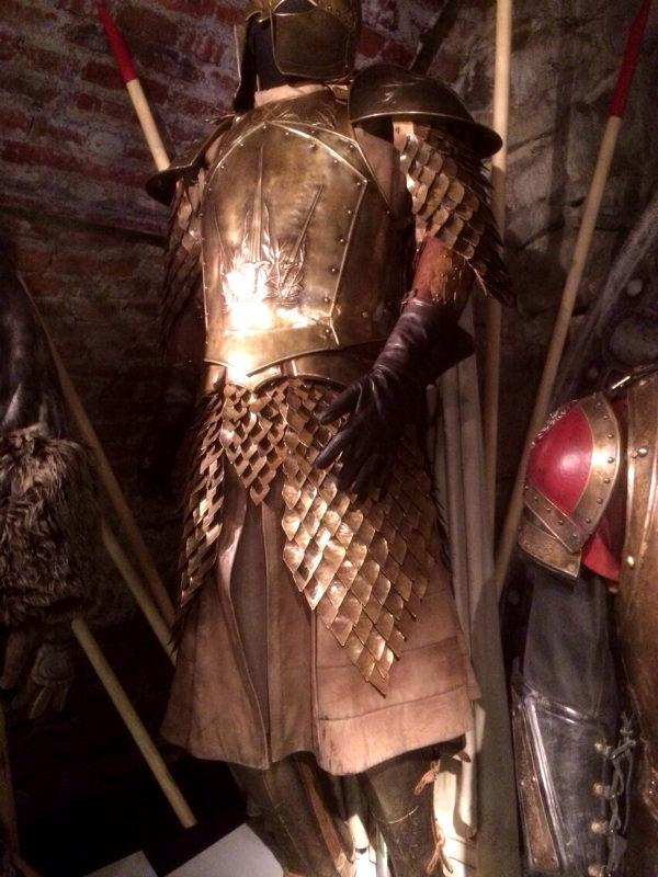 Jamie Lannisters rustning. Till vänster skymtar Jon Snows wildlingdräkt och till höger Tyrion Lannisters rustning. Foto: Nils Ek