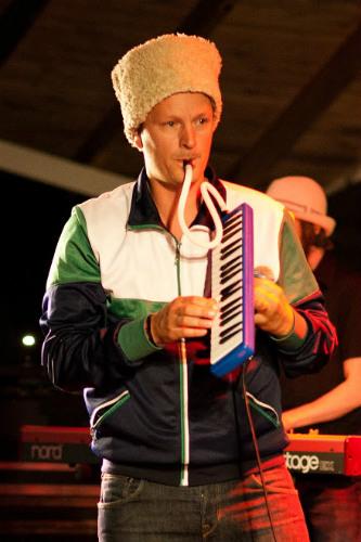 """Reggaeartisten och gaffaexperten Torbjörn """"P-Danjelsa"""" Persson har skrivit låten Gaffa Gaffa som bland annat handlar om hur han lagar sina byxor med gaffa."""