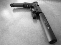 Pistol med ljuddämpare = tummen upp. Man vill ju inte locka till sig zombies i onödan.