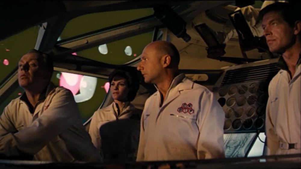 Från vänster: Dr Duval (Arthur Kennedy), Cora (Raquel Welch), Dr Michaels (Donald Pleasence) och Grant (Stephen Boyd) ombord ubåten Proteus som glider runt  i blodomloppet.
