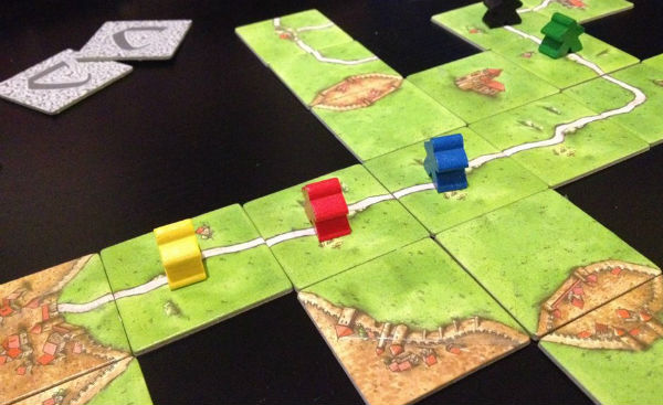 Så här ser brick/brädspelet Carcassonne ut. Det gäller att bygga borgar och vägar och placera ut sina gubbar. Men den här bilden är mest bara ett coolt arrangemang för att det ska se coolt ut - för så många spelare på en och samma väg är i princip omöjligt att få till.