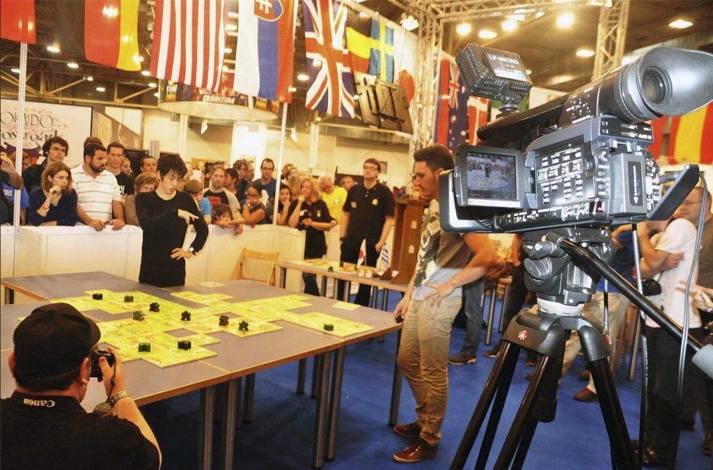 VM avgjordes på den gigantiska spelmässan i tyska Essen, med 150 000 personer på plats under fyra dagar. Mästerskapet filmades och sändes på TV-skärmar ut över lokalerna. Vann gjorde japanen Takafumi Mochiduki. Foto: Magnus Anderberg