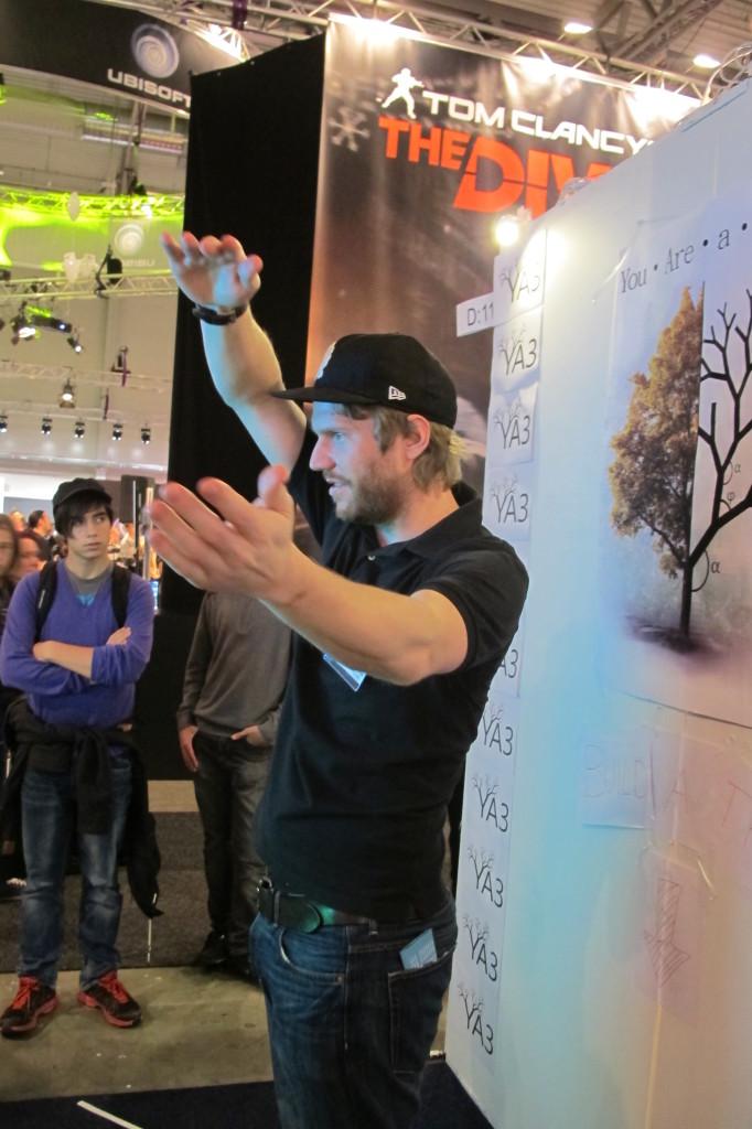 Barrikadens Jonas Bengtsson testar ett spel där man är ett träd. Foto: Nils Ek