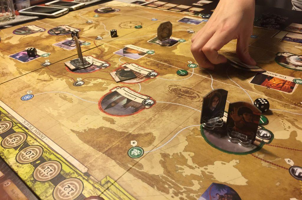 Världskartan i Eldritch Horror är där de flesta beslut fattas i spelet.