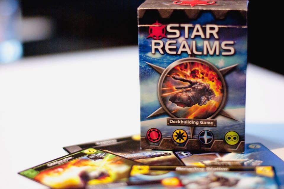 En liten och kompakt förpackning. Med ett startpaket så kan bara spela en mot en. Köper du fler kan du spela flera spelare.