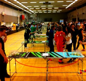 GIH:s idrottshall fylldes av beerponglirare. 16 bord var uppställda.
