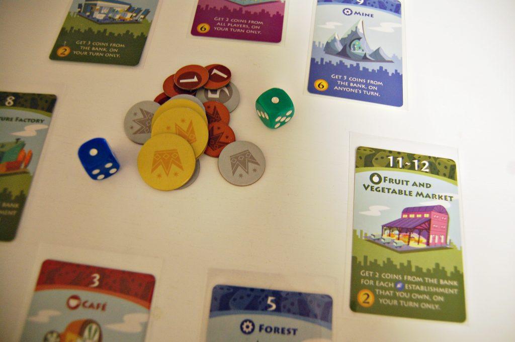 Vackert designat spel, även om mynten är av tveksam kvalitet. Foto: Ylva Westerlund.
