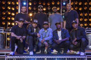 Riktiga N.W.A. tillsammans med skådespelarna. Foto: Pressbild /Universal Pictures