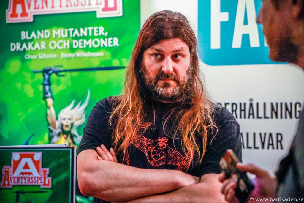 Orvar Säfström i Äventyrsspels monter under Comiccon/Gamex. Intervjuare: Jonas Bengtsson (t.h.). Foto: Tom Karlsson