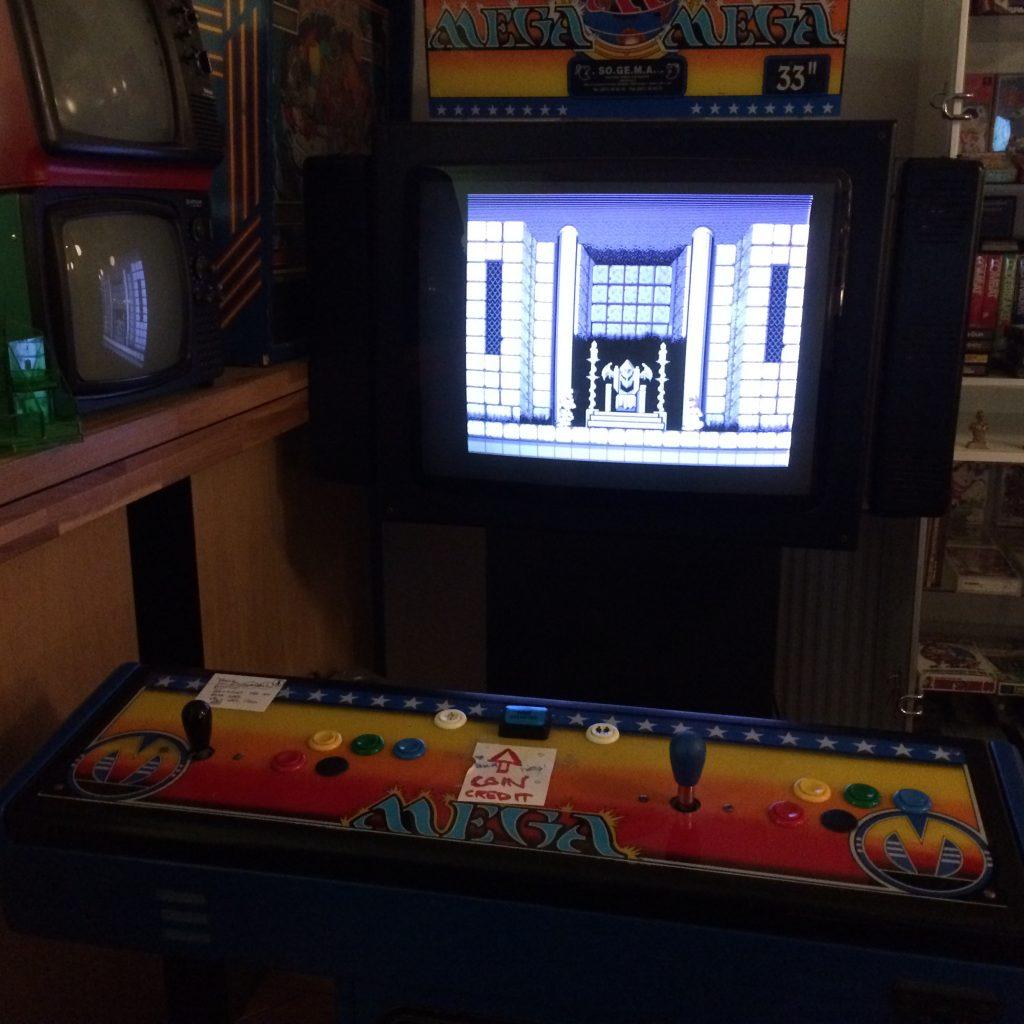 En av Pixels arkadmaskiner. Just den här har en rullmeny med över 300 olika spel. Foto: Axel Johnson