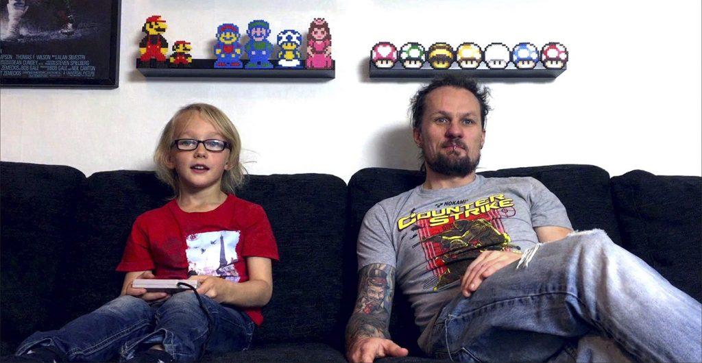 William och Tobias Wigstrand spelar Super Mario Bros 3 under inspelningen av seriens tredje avsnitt. Foto: Youtube