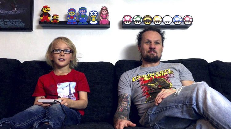 William och Tobias Wigstrand spelar Super Mario Bros 3 under inspelningen av seriens tredje avsnitt. Foto: Youtube