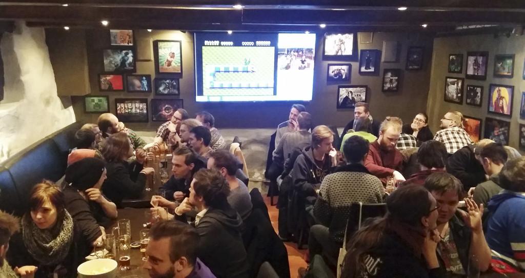 Fullt med folk och på skärmarna streamas det tv- och dataspel på GG Bar. Foto: Elin Bengtsson