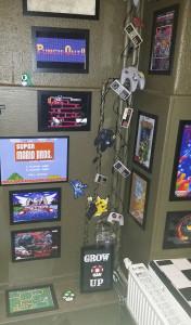 NES- och SEGA-prylar (med mera) pryder en av väggarna. Hur många titlar känner du igen? Foto: Elin Bengtsson