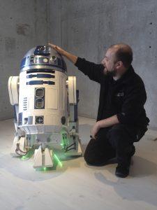 Sebastian Petterzon färdigställer R2-D2 inför Star Wars-utställningen. Foto: Jönköpings läns museum