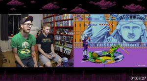 Bildruta från det senaste avsnittet där Turtles IV till SNES spelas. Victor har så klart på sig en Turtles-tischa.