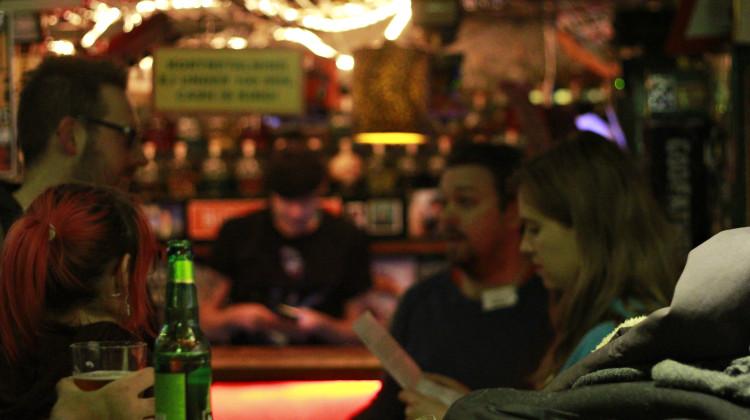 Öl och zombier – vad kan gå fel? Barrikadens Robin Johansson (tvåa från höger) diskuterar ledtrådar med andra deltagare under kvällen. Foto: Eira Langaas