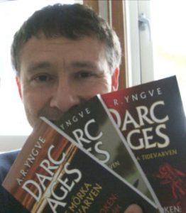 Författaren A.R. Yngve med trilogin framför sig.
