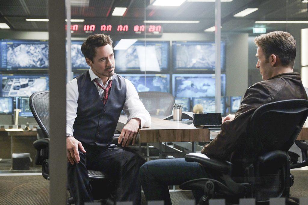 Tony Stark/Iron Man (Robert Downey Jr.) i samtal med Steve Rogers/Captain America (Chris Evans). Foto: Zade Rosenthal © Marvel 2016