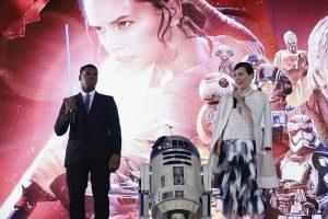 John Boyega, R2-D2 och Daisy Ridley på ett fan event i Tokyo i slutet av 2015. Foto: Christopher Jue/Getty Images