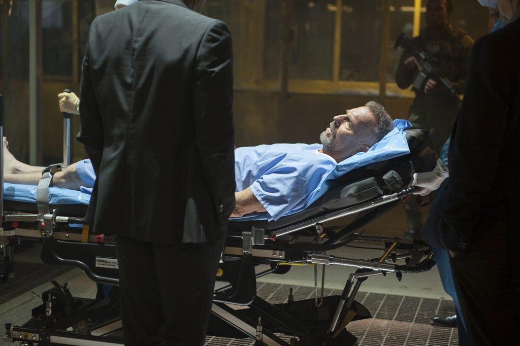 Kevin Costner på på operationsbordet i Criminal. Foto: Pressbild
