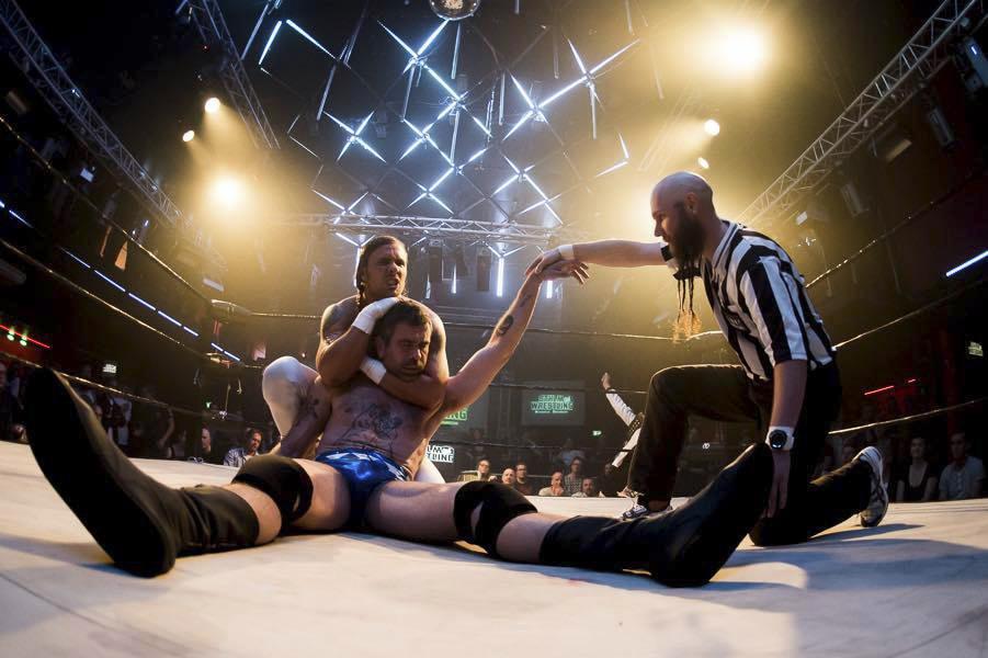 Kalle Zackari har det jobbigt i matchen mot Ken Malmsteen. Foto: xxx