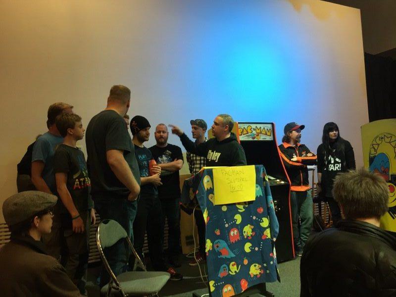 Efter ett öppet kval under dagen så var det till slut tio finalister som stod på scenen för att i ett slutspelsträd göra upp om SM-titeln i Pac-Man. Foto: Simon Nilsson Larsson