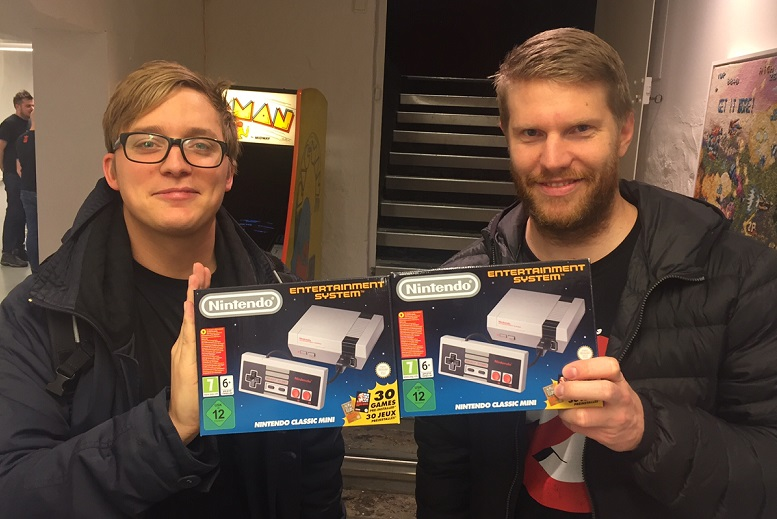 Två lyckliga Barrikadenmedlemmar på release-natten med sina mini-NES klockan 00:01. Foto: Johan Jansson