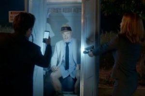 Rhys Darby blir påkommen av Fox Mulder och Dana Scully.